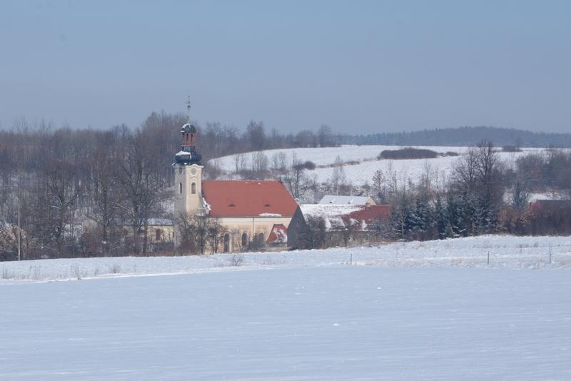 Zimowy widok Kościoła św. Idziego w Dobkowie